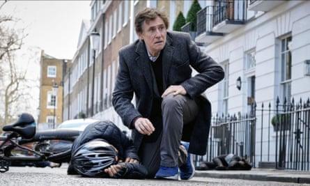 Gabriel Byrne en la primera temporada de la Guerra de los Mundos.