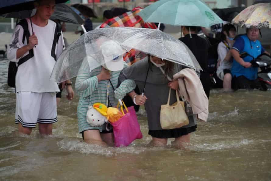 Οι κάτοικοι περνούσαν από πλημμύρα στο Ζενγκζού.