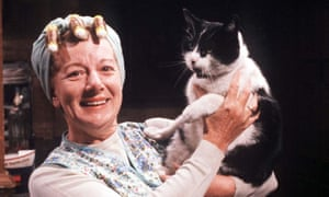 Hilda Ogden and Rommel the cat in Coronation Street in 1986