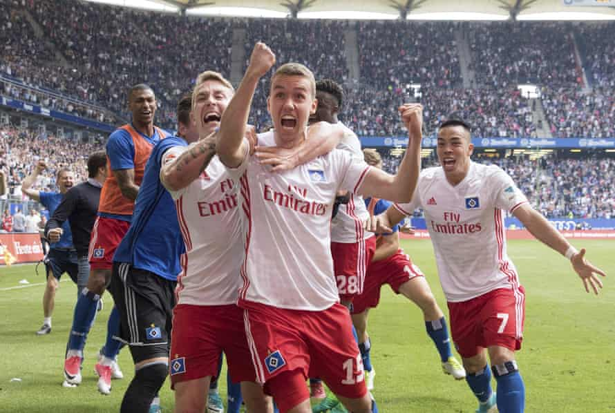 Lewis Holtby, Gian-Luca Waldschmidt and Bobby Wood celebrate the decisive goal against VfL Wolfsburg.