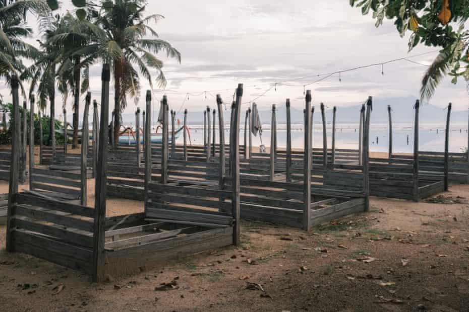 사누르의 방치된 해변 클럽.
