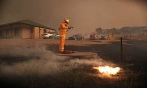Guardian journalist Chris Knaus fights the fire as it impacts Tallabrook Lodge
