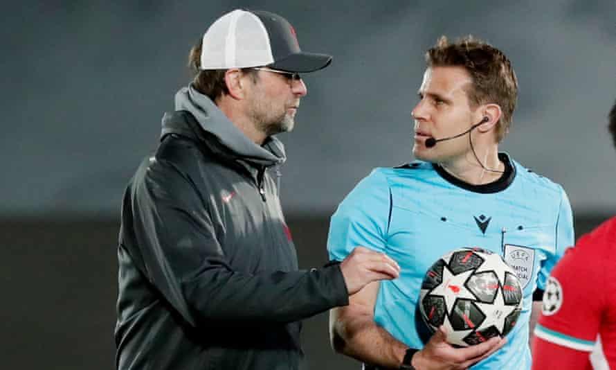 Jürgen Klopp speaks to the referee, Felix Brych, at the Estadio Alfredo Di Stéfano on Tuesday.