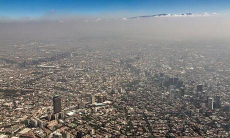 Vue aérienne de l'étalement urbain et du smog le 6 novembre 2013 à Mexico, Mexique<br>DHHXBF Vue aérienne de l'étalement urbain et du smog le 6 novembre 2013 à Mexico, Mexique