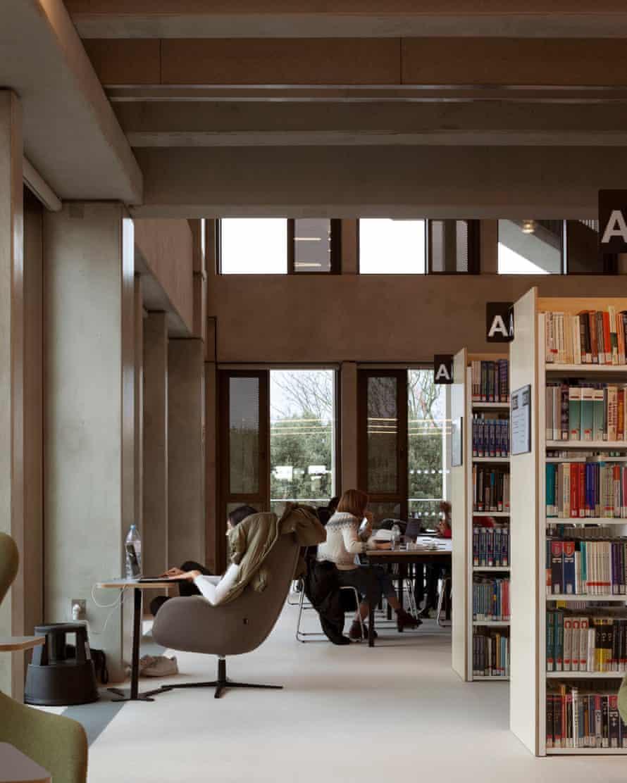 Détournement… les espaces d'étude cèdent la place à des vues sur le palais de Hampton Court et la Tamise.