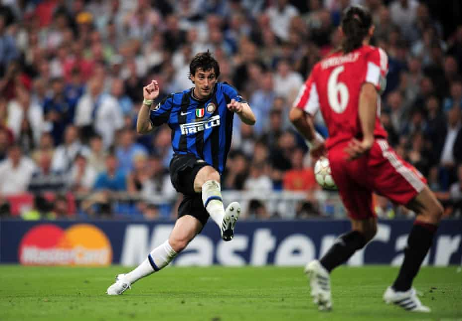 Diego Milito scores his second goal in the Champions League final.