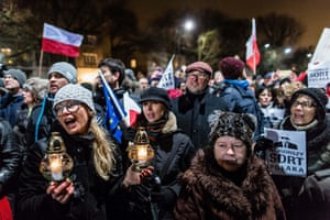 在JarosławKaczyński的家门前举行反政府示威。
