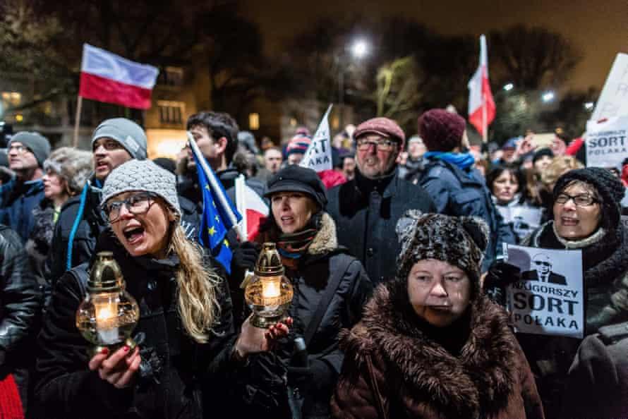 An anti-government demonstration in front of Jarosław Kaczyński's home.