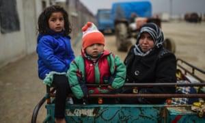Refugee children arrive a the Turkish border
