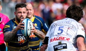 Francois Hougaard of Worcester Warriors takes on Franco Mostert of Gloucester.