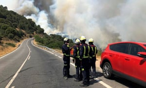 Firefighters are briefed on how to tackle the blaze in Cadalso de los Vidrios on Sunday.