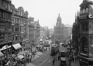Bigg Market, Newscastle Upon Tyne, 1920 - Town Hall, middle, demolished in 1973