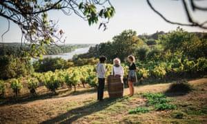 Légende Domaine des Génaudières - Le Cellier - Loire-Atlantique Dégustation avec Anne, vigneronne au Domaine des Génaudières - une entreprise familiale Wine tasting at the Domaine des Genaudieres, a family business in the Loire Atlantique