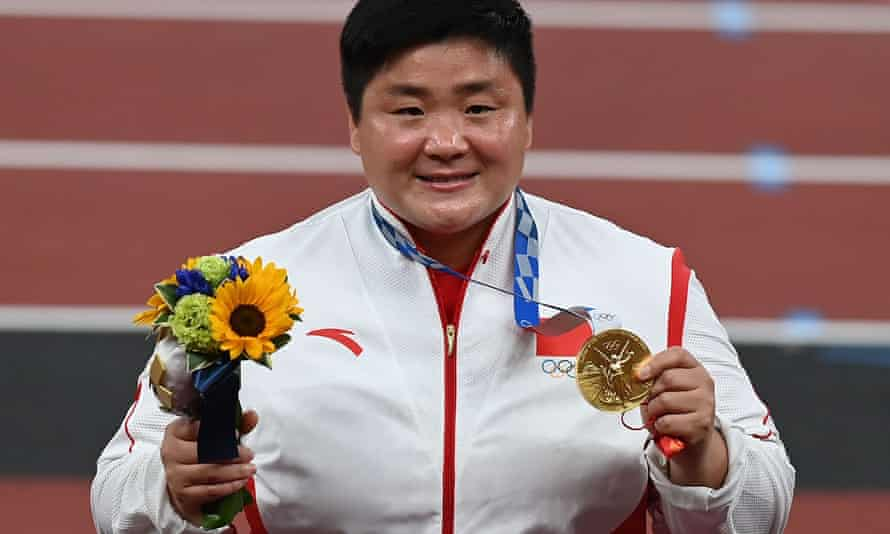 Gong Lijiao with her gold medal.