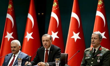 Turkish prime minister Binali Yildirim (l), President Recep Tayyip Erdoğan (C), Turkish Prime Minister andChief of Staff General Hulusi Akar.