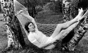 Albert Finney takes a break from rehearsing the play Chez Nous on Wimbledon Common in January 1974