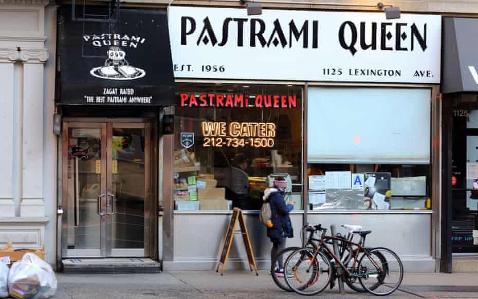 Queen Pastrami، 1125 Ave Lexington، New York، NY.  نمای بیرونی فروشگاه غذاهای اغذیه فروشی یهودی کوشر در Upper East Side منهتن