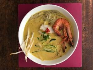 Chef Người đầu bếp chịu trách nhiệm cho món laksa đầu tiên của tôi, Sylvia Tan, sử dụng tôm khô trong món súp của cô ấy.