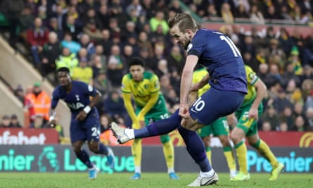 Harry Kane thumps home a late penalty to give Tottenham their second equaliser.