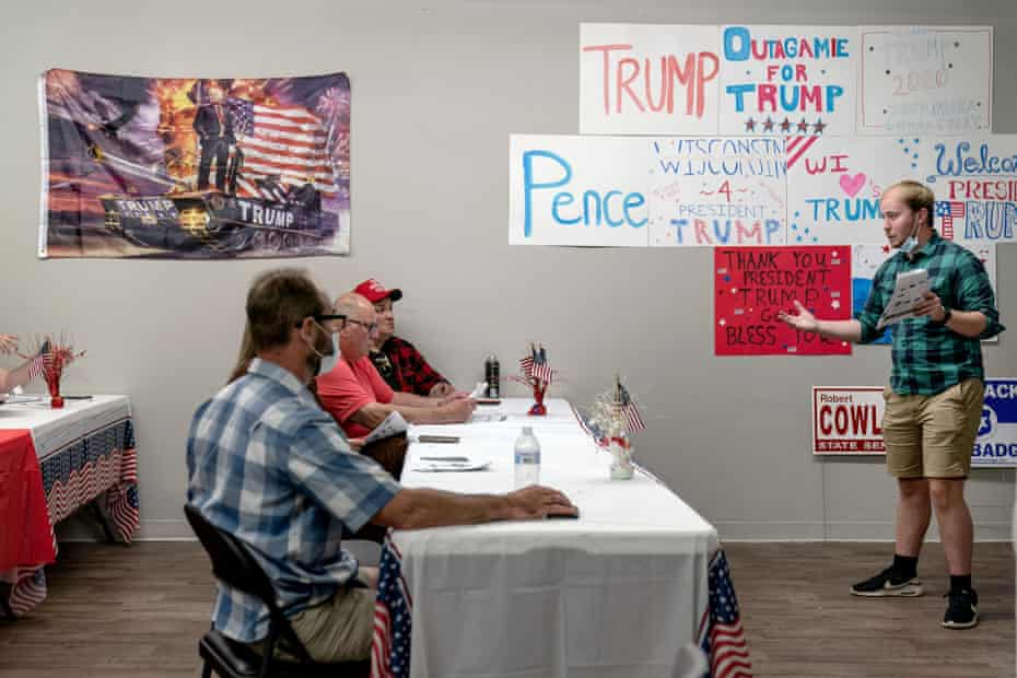 Ryan Retza, right, leads volunteers in a training event at a campaign office in Appleton, Wisconsin, on 20 August.