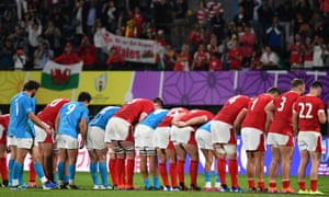 Uruguay and Wales players unite to bow to the crowd after the match.