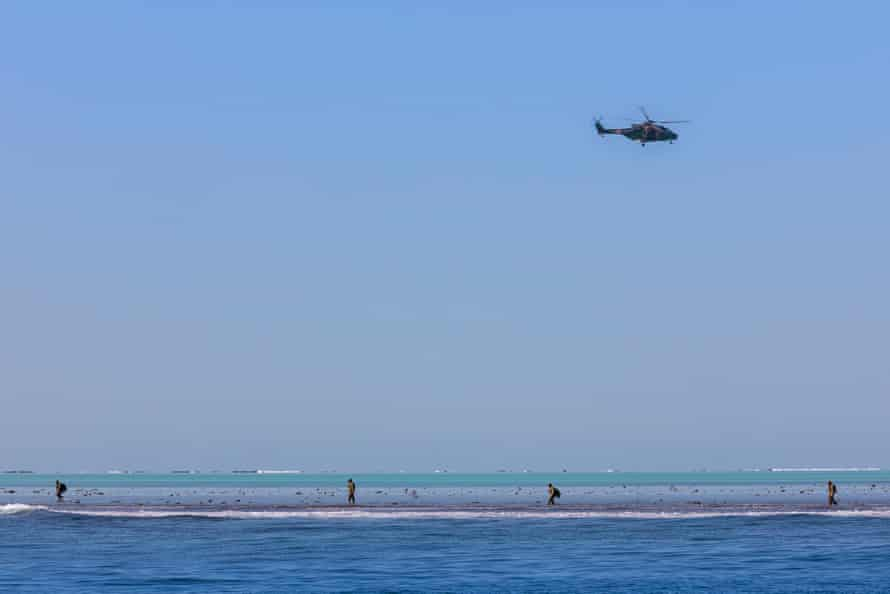 Australian Clearance Diving Team One searching for the unexploded bomb in the vicinity of Elizabeth Reef.