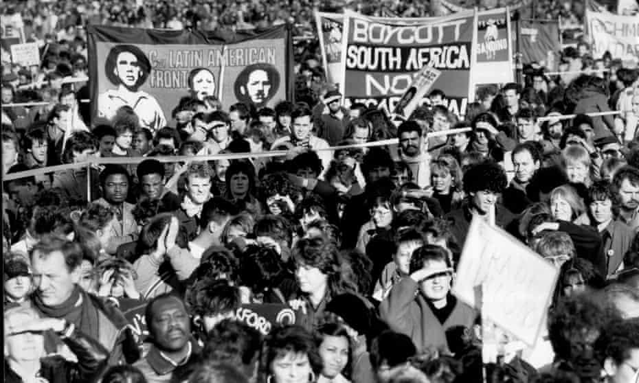 En la década de 1980, el antiapartheid era una de las mayores causas de la izquierda en ese momento, junto con la campaña de desarme nuclear y el apoyo a los sandinistas en Nicaragua.