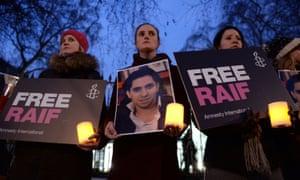抗议者为沙特阿拉伯驻伦敦大使馆外的博主和言论自由活动家Raif Badawi举行了守夜活动。