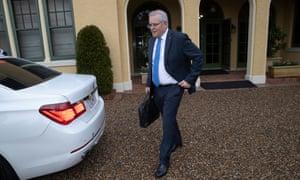 El primer ministro Scott Morrison emerge de 14 días de cuarentena en The Lodge en Canberra.