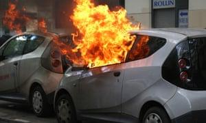 一辆汽车在巴黎燃烧。