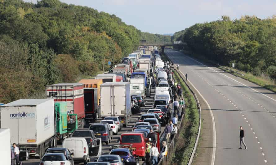 Traffic on the M1 after a suspicious object was found under a motorway bridge