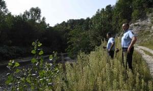在Maelys失踪后,法国宪兵站在Guiers河上寻找证据。
