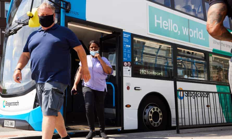 Penumpang bus di Stockport pada hari kebebasan.