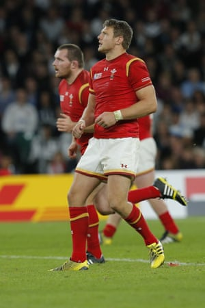 Dan Biggar watches his kick
