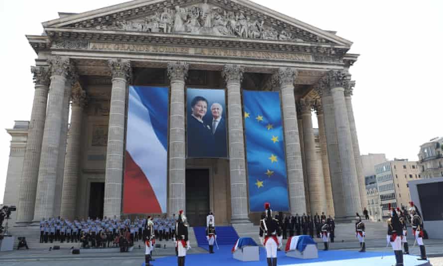 Le président Emmanuel Macron s'adresse sous la photo de Simone Veil et de son mari Antoine lors de ses obsèques en juillet 2018 au Panthéon à Paris