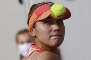 Sofia Kenin eyes the ball as she readies to return to Iga Swiatek.