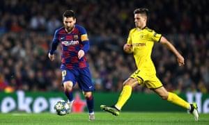 Julian Weigl (derecha) cierra a Lionel Messi durante la derrota de Dortmund por 3-1 ante Barcelona la semana pasada.