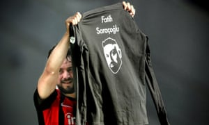 Amin Younes holds up a jersey commemorating Fatih Saraçoglu after scoring to make it 2-0 to Eintracht Frankfurt on Saturday.