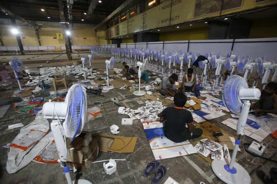 Labourors working to set up at COVID-19 field hospital in Mumbai, 22 April