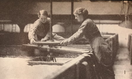 Women in a Burton upon Trent brewery in 1916.