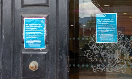 Library in Berkshire with notice of closure because of coronavirus on its door