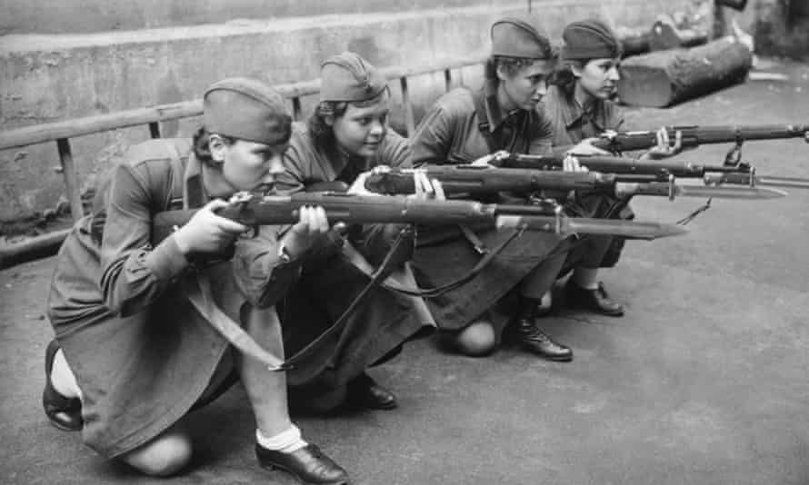 Women soldiers are taught to handle a rifle in September 1941