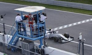 Le pilote de Formule 1 Pierre Gasly de la Scuderia AlphaTauri Honda franchit la ligne d'arrivée pour remporter le Grand Prix de Formule 1 d'Italie 2020.