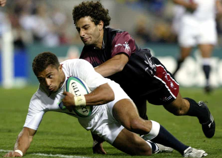 Jason Robinson evades Merab Kvirikashvili to score during England's 84-6 pool win against Georgia in Perth at the 2003 Rugby World Cup