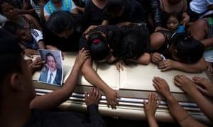 家人和朋友为Leonardo David Marroquin的棺材哀悼,他是一个pk10计划收集者,在大堆pk10计划倒塌并将他埋葬后被杀。