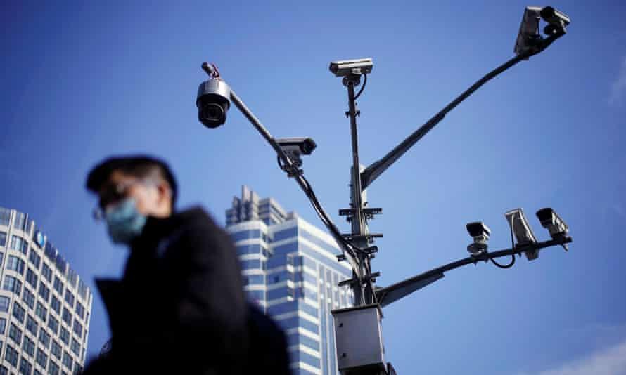 مردی با ماسک که از پایین شلیک کرده است ، دکل دوربین بلند چند شاخه ای از بالای خیابان در خیابان بالا می رود