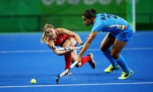 USA's Julia Reinprecht slots a pass past India's Rani Devi.