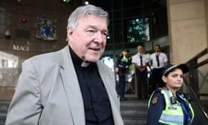 George Pell deja el tribunal después de la conclusión de su audiencia de confinamiento en la corte de magistrados de Melbourne el jueves
