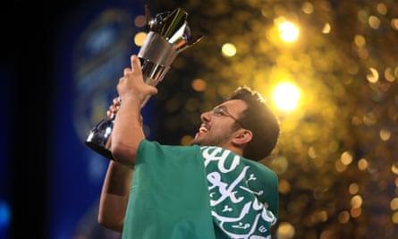 Mossad 'MSdossary' Aldossary of Saudi Arabia lifts Fifa eWorld Cup 2018 trophy in London.