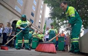 João Doria varre as ruas para promover a campanha de limpeza da cidade. Foto: Brazil Photo Press/LatinContent/Getty